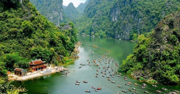 Group tour to Am Tien Cave - Trang An from Hanoi